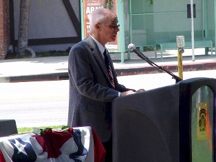 Mr. Mickey DePalo speaking before a crowd of 500 at the Burbank, California 2009 Memorial Day event - Click for larger image (http://jamesmcgillis.com)
