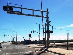 Minimal safety features and many distractions are evident at the 5th & Rice grade crossing in Oxnard, California - Click for larger image (http://jamesmcgillis.com)
