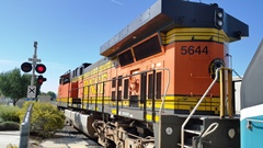 BNSF Locomotive No. 5644 pulls a Metrolink train from Chatsworth to Los Angeles Union Station - Click for larger image (http://jamesmcgillis.com)