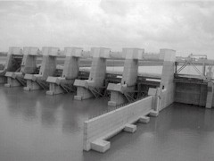 The Old River Control Structure, upstream from New Orleans - Click for larger image (http://jamesmcgillis.com)