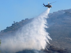 Fire fighting helicopter pilot uses skill to disperse water over smoldering hot spots in Simi Valley, California - Click for larger image (http://jamesmcgillis.com)